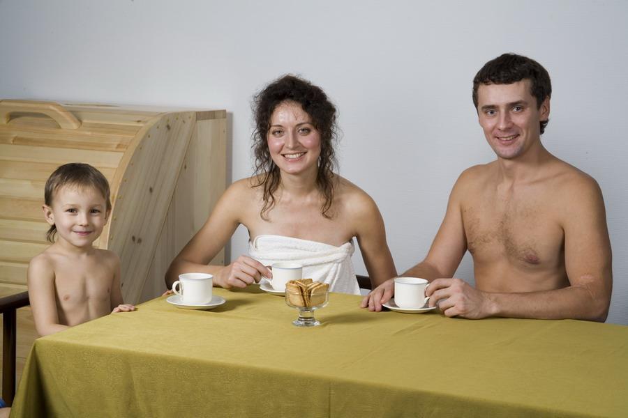 Фото семья голая в бане конечно